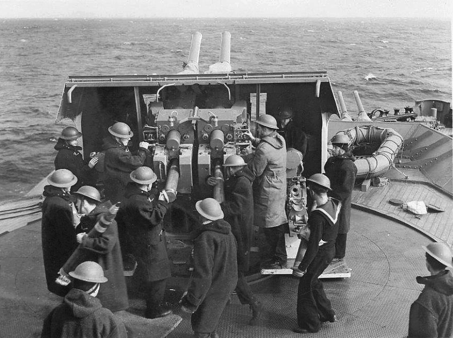 Royal Canadian Navy : Gun crew on HMCS Prince Robert