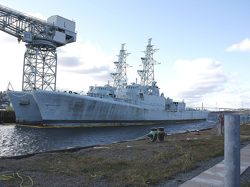 Royal Canadian Navy : Terra Nova and Gatineau waiting to be scrapped.