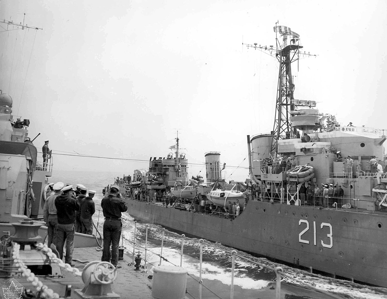 HMCS Nootka during a jackstay transfer, 1953